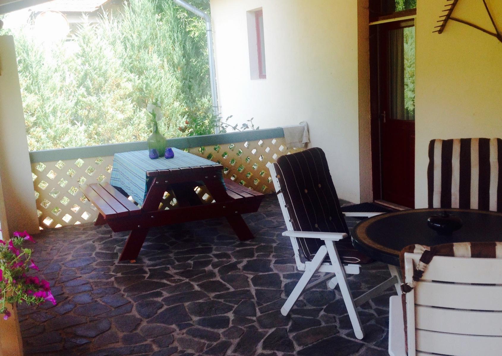 Buiten eten en vertoeven op de veranda