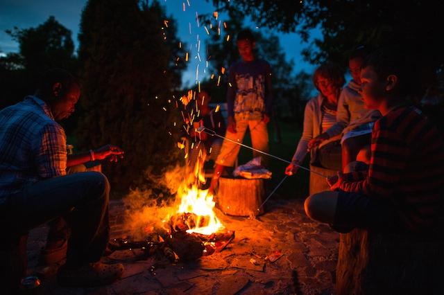 Marshmellows bij de vuurplaats roosteren